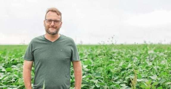O agricultor que consegue produzir soja orgânica em grandes quantidades